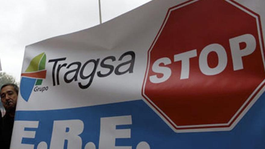 Pancarta contra los ERE practicados en la sociedad pública Tragsa