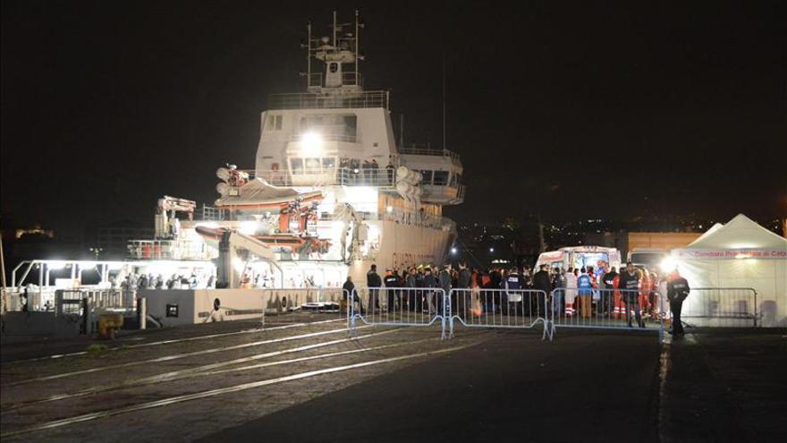 La Guarda Costera italiana rescata en alta mar a 345 inmigrantes, 141 menores
