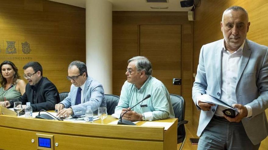 El letrado Enrique Soriano (tercero por la izquierda), sustituye a Josep López (derecha) como candidato a presidir la nueva RTVV