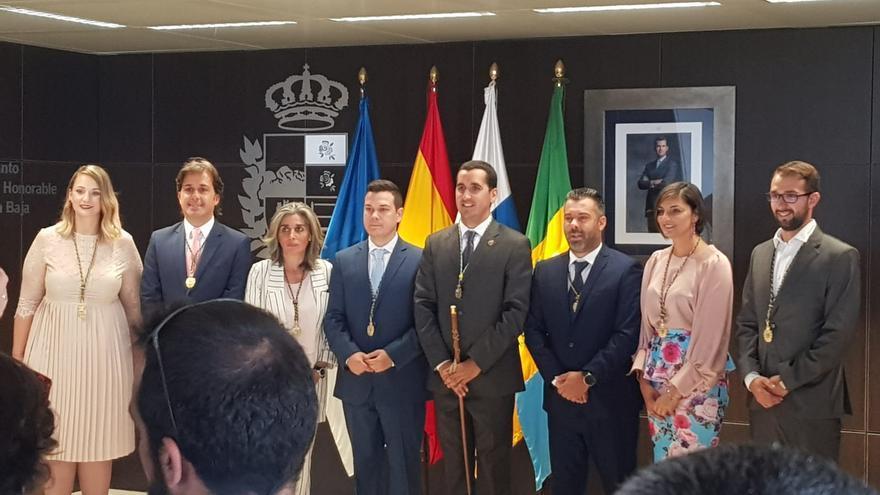 El alcalde de Breña Baja, Borja Pérez (PP),  tras la toma de posesión con el grupo Popular.