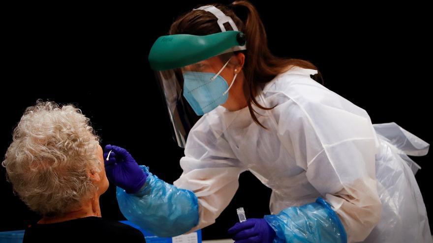 Euskadi baja a 867 los contagios que dejan en el 6,6 % la tasa de positivos