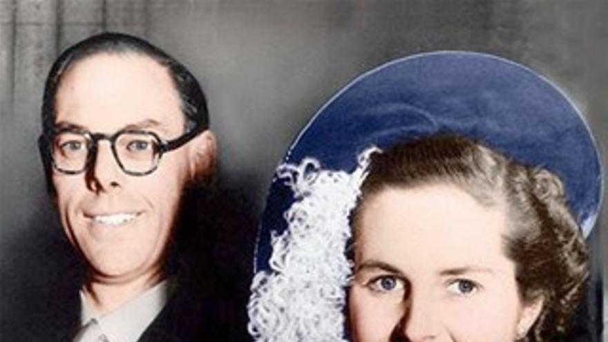 Margaret Thatcher con su vestido de novia, junto a Denis Thatcher