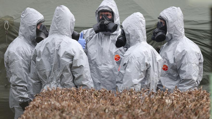 Personal militar británico con trajes protectores en la investigación del ataque al exespía Skripal en Salisbury, Reino Unido.