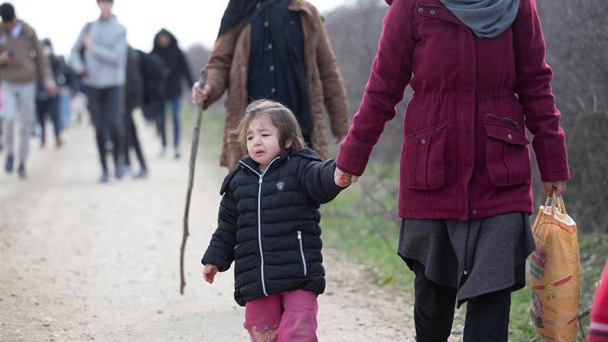 Refugiados sirios caminan junto a la frontera grecoturca tras permitirles Turquía libertad de movimientos