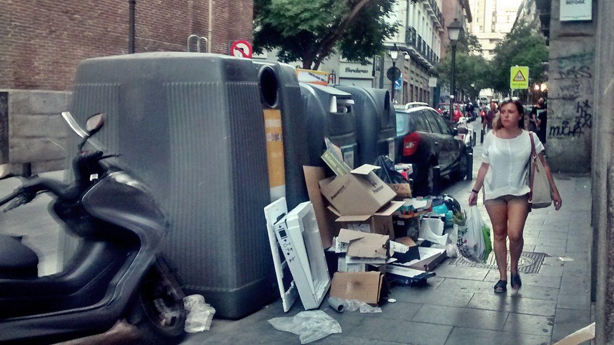 Aspecto de la isla de reciclaje en la Corredera de San Pablo, una tarde culaquiera | SOMOS MALASAÑA