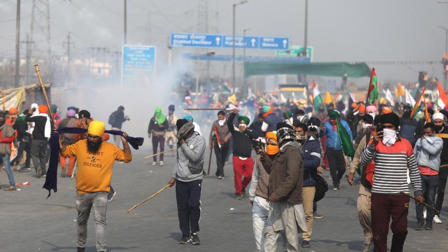 Tensión con ruptura de barricadas en la marcha campesina sobre Nueva Delhi