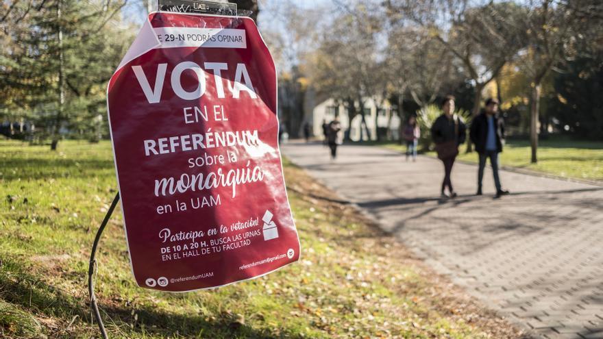 Cartel informativo sobre la consulta sobre la monarquía en el recinto de la UAM