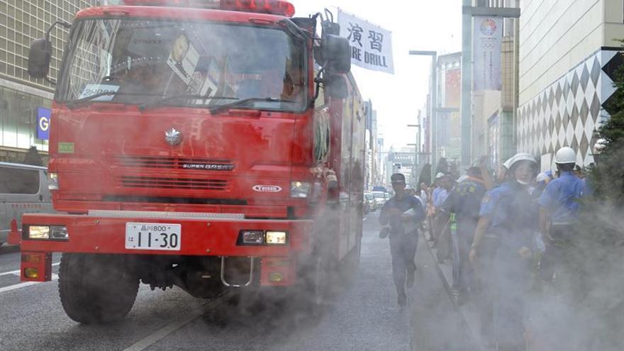 Los bomberos aún trabajan en el incendio que quemó 150 edificios en Japón