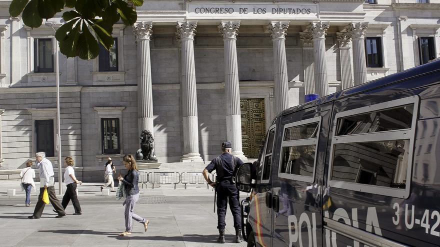 Un furgón de la Policía Nacional ante el Congreso de los Diputados. /Efe
