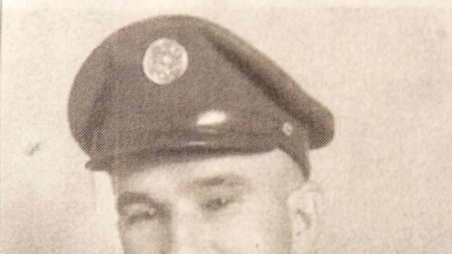 """Fotografía de Santy Mendieta en uniforme militar. A su regreso a EEUU definió el campo de prisioneros de Bab Orb como un """"campo de hambruna"""" (ION Heritage Museum, Jordan Valley)."""