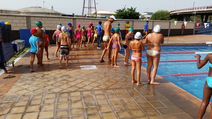 Para solcitar plaza para los cursillos de natación hay que recoger número.