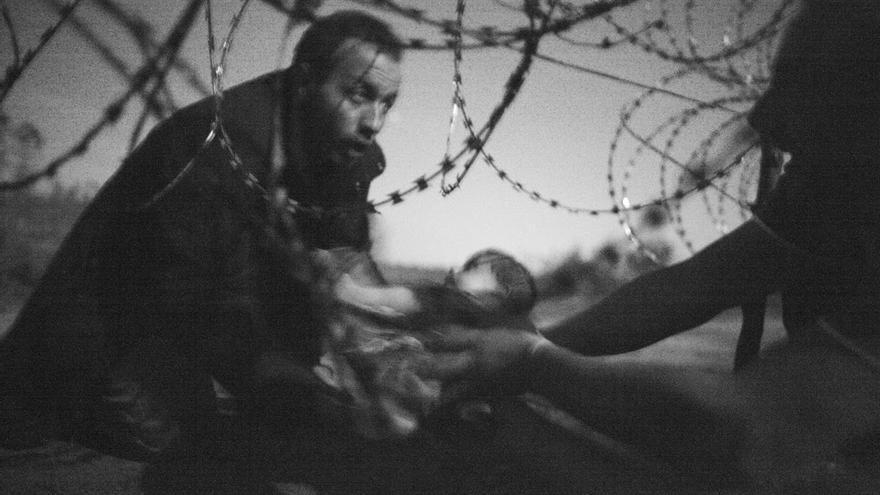Foto de Warren Richardson vencedora del World Press Photo 2015. Refugiados cruzan la frontera entre Hungría y Serbia.