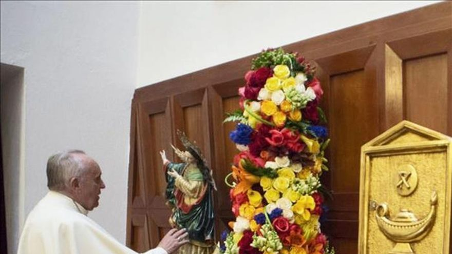 El papa Francisco llega a Guayaquil y posa para selfis