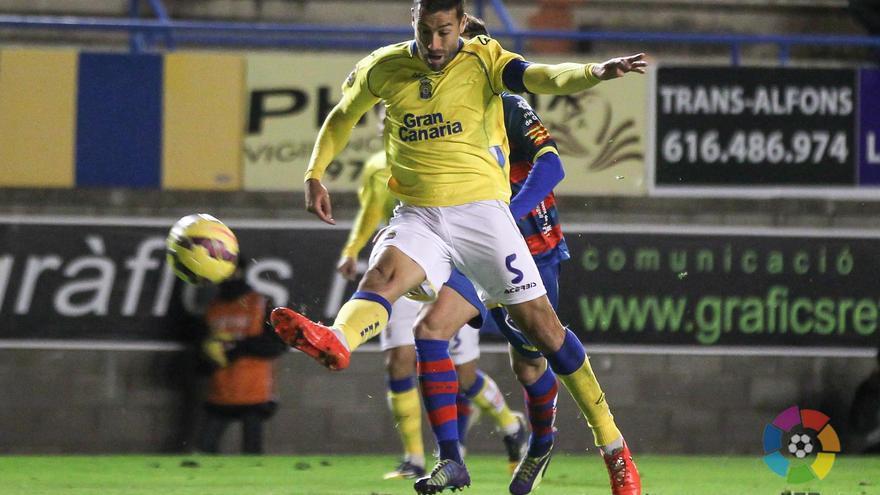 David García despeja un balón en el partido entre el Llagostera y la UD Las Palmas. FOTO: LFP.