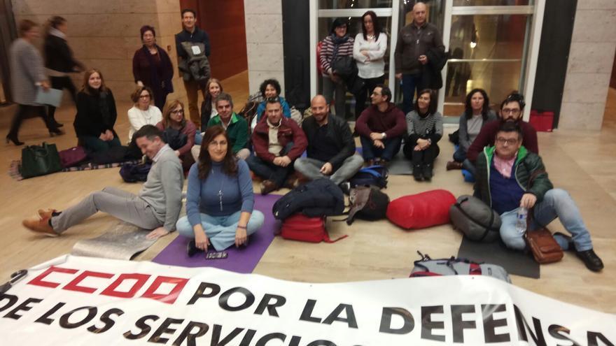 Sindicalistas encerrados en la consejería de Bienestar Social