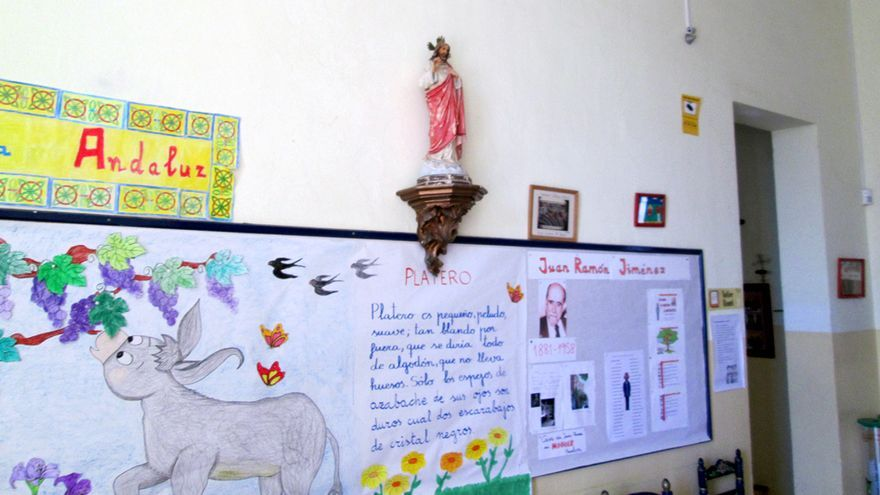 En el CEIP Primo de Rivera perdura una profusa simbología religiosa.