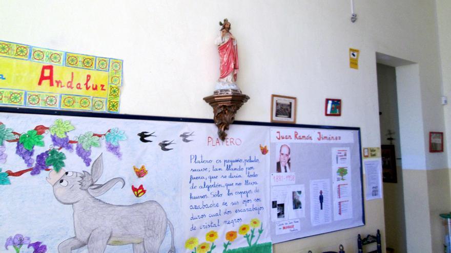 En el CEIP Primo de Rivera perdura una profusa simbología religiosa.