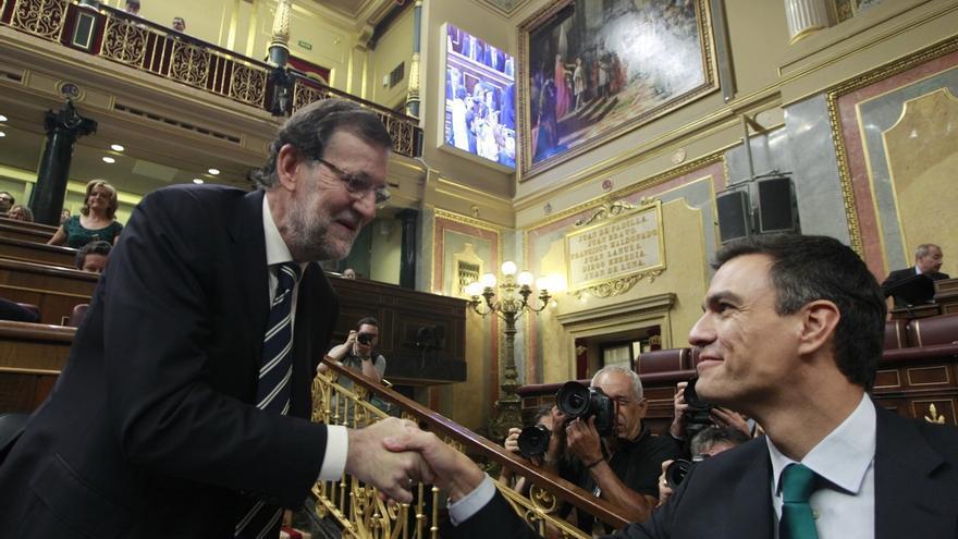 Mariano Rajoy y Pedro Sánchez se saludan en el Congreso.