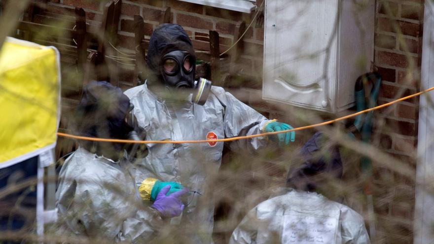 Efectivos de seguridad trabajan en el jardín de la casa donde el exespía ruso Serguéi Skripal vivió en Salisbury Wiltshire, Reino Unido, el 22 de marzo del 2018. Will Oliver / EFE.