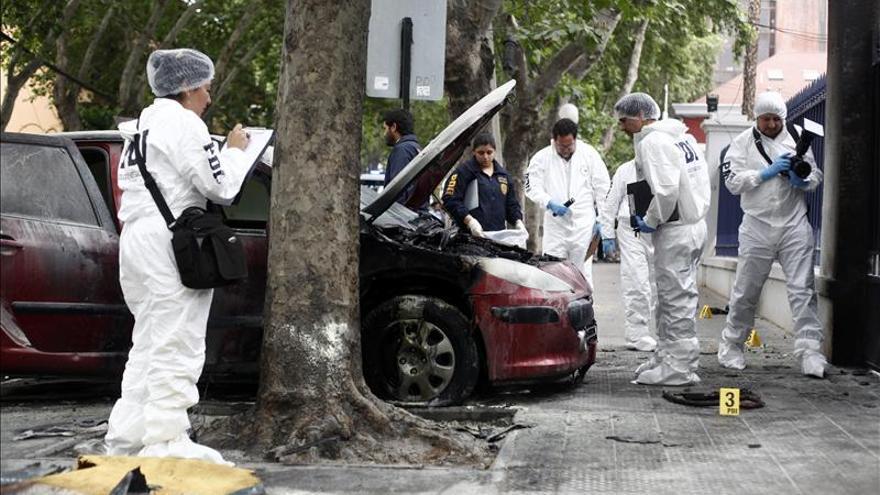 Dos heridos y dos coches quemados en ataque a incendiario a policías en Chile