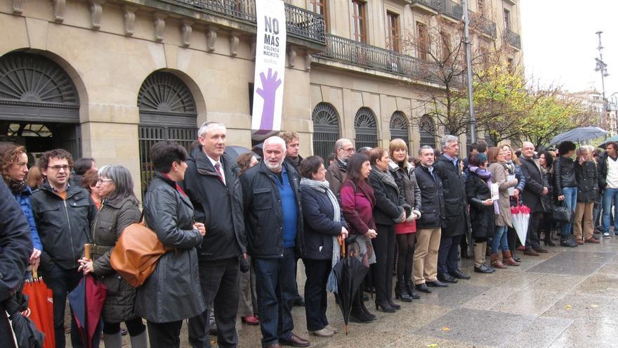 Representantes de las instituciones y partidos navarros se concentran, junto a Aprodemm, contra la violencia machista