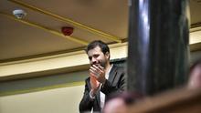 Javier Sánchez Serna aplaude desde su escaño tras ser elegido secretario tercero del Congreso.