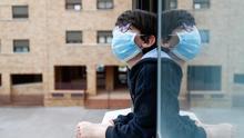 Un niño se asoma a la ventana de su casa durante el confinamiento. / Europa Press