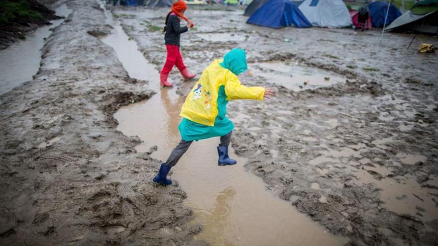 Una niña salta un charco en el campamento de refugiados de Idomeni, en la frontera entre Grecia y Macedonia, 14 de marzo de 2016.