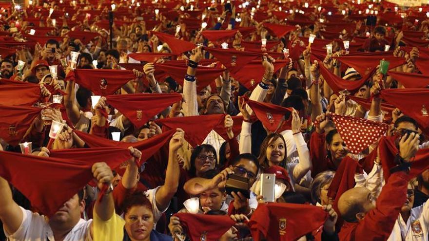 """Miles de personas despiden los Sanfermines entonando el """"Pobre de mí"""""""