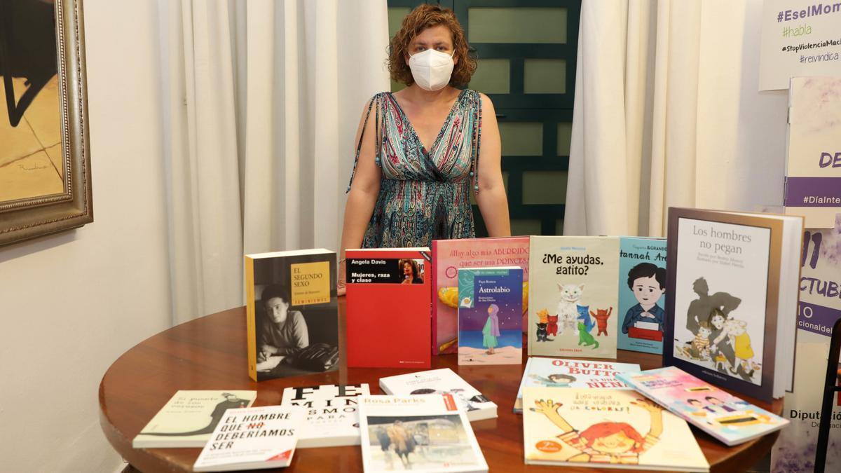 La delegada de Igualdad y vicepresidenta tercera de la Diputación, Alba Doblas, con los libros para los rincones Violeta y Ultravioleta.