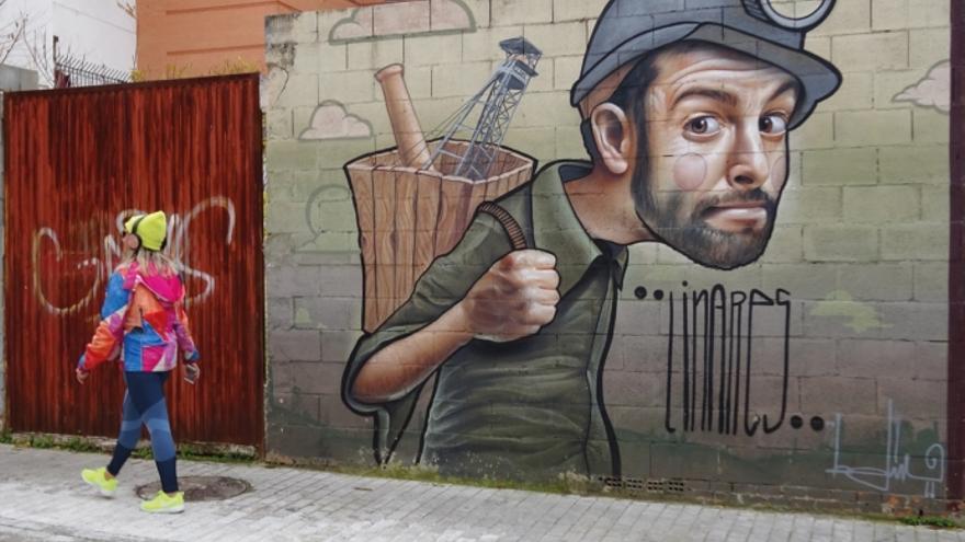 Un mural recuerda la tradición minera de Linares en una calle de la ciudad.