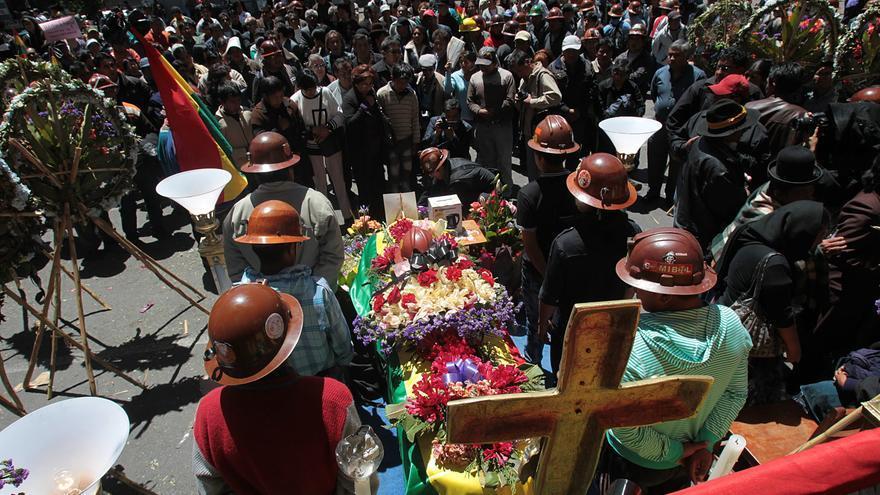 El Gobierno boliviano pide una tregua a los mineros enfrentados por una mina para dialogar