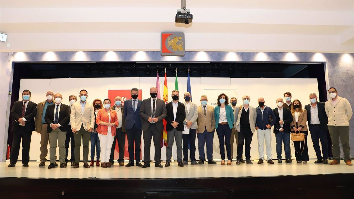 El presidente de la Diputación de Córdoba, Antonio Ruiz (centro), en el encuentro con las comunidades de regantes.
