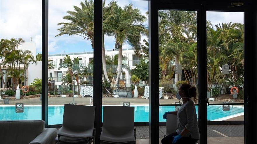 La directora del hotel R2 Playa, Olimpia Moya, observa la piscina vacía del hotel situado en la localidad de Tarajalejo en el termino municipal de Tuineje, en el que sólo permanecen el personal de mantenimiento debido al estado de alarma declarado por el Gobierno central para frenar el contagio del coronavirus