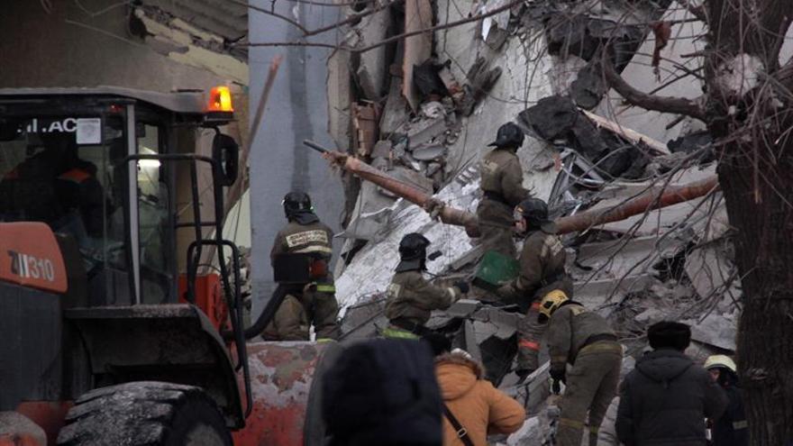 3 muertos y 79 desaparecidos al derrumbarse un edificio en los Urales