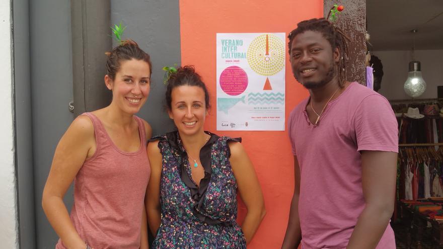 Marta (i), Tamara y Keba impulsan el 'Verano intercultural'. Foto: LUZ RODRÍGUEZ