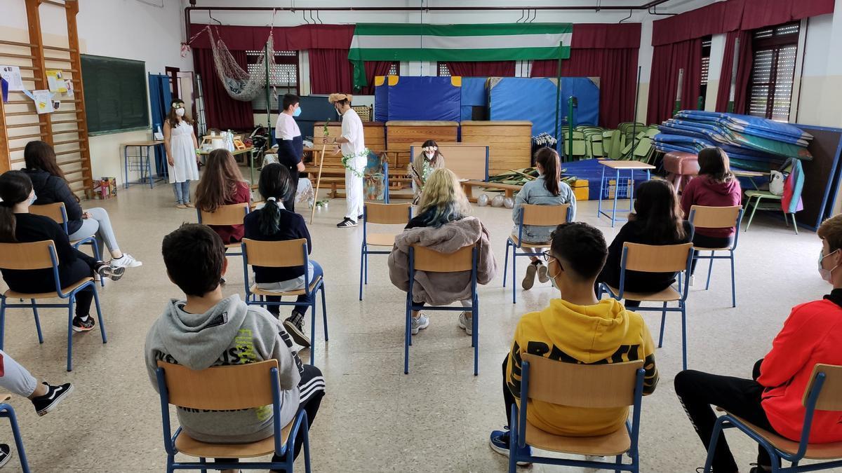 Alumnado de un colegio de Benacazón (Sevilla) durante una actividad contra el racismo y la xenofobia.
