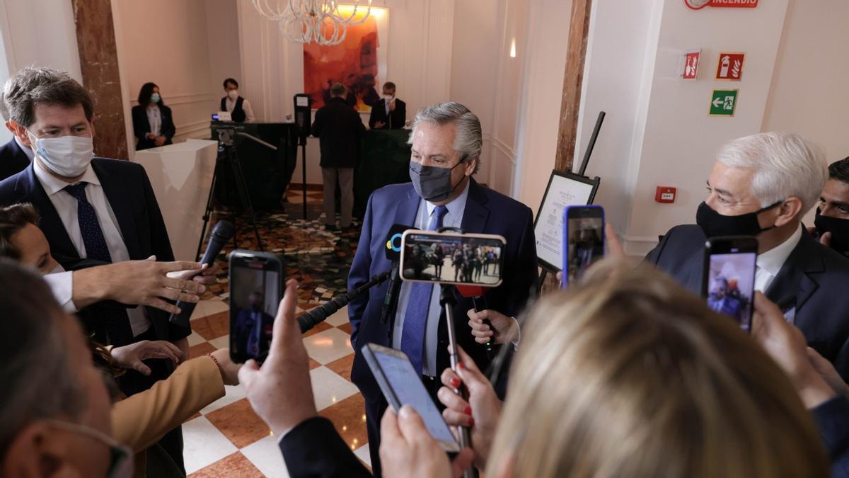 Alberto Fernández durante una charla con la prensa en el Sofitel Roma