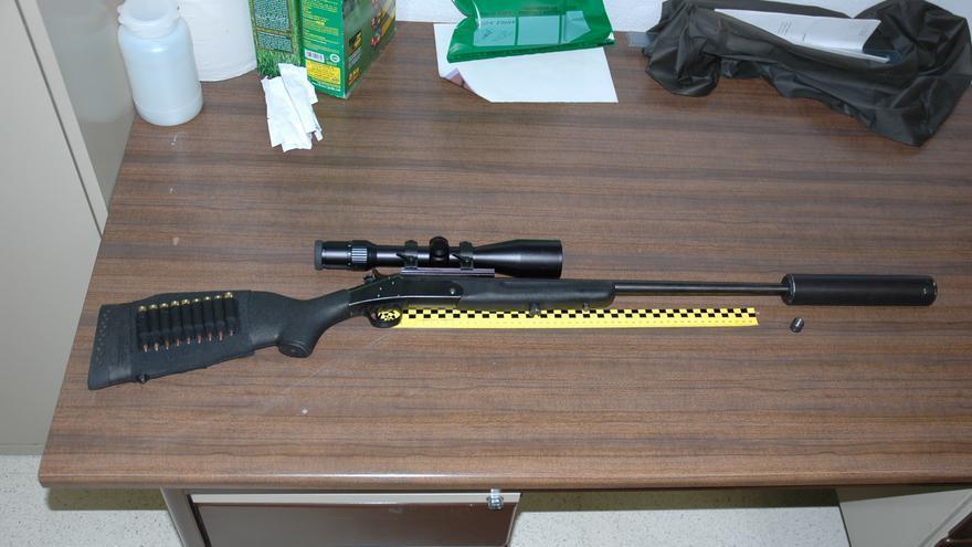 """Rifle con silenciador y aparato de visión nocturna, incautado en la operación """"Bambi"""". Foto: Seprona"""