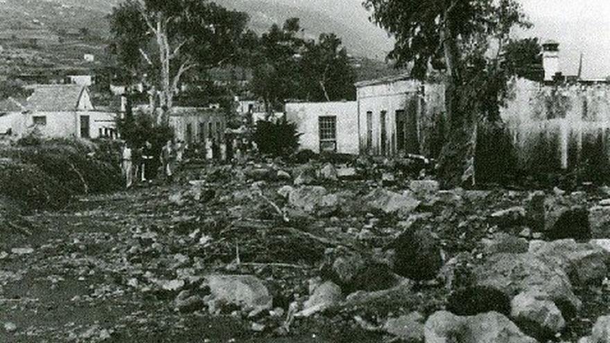 Imagen de archivo de la carretera general tras el paso de la devastadora riada del año 1957.