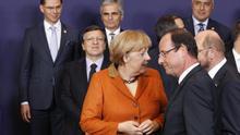 Merkel dialoga con Hollande y el presidente del Parlamento alemán antes de la foto de grupo. Foto: Efe.