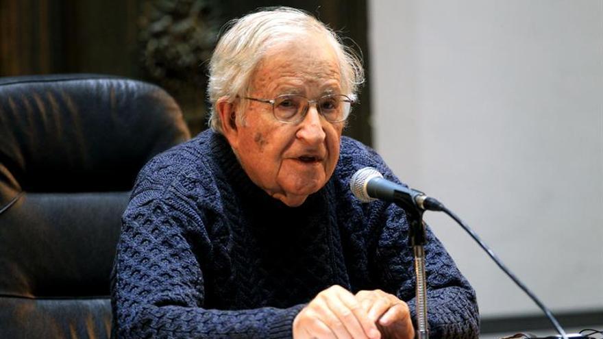 Chomsky alerta del peligro eminente de una amenaza nuclear y el cambio climático
