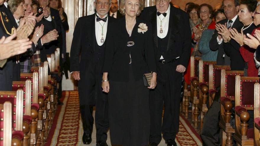 Soledad Puértolas seguida por los académicos José María Merino y José Luis Borau