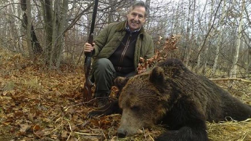 Blesa junto a un oso tras una cacería