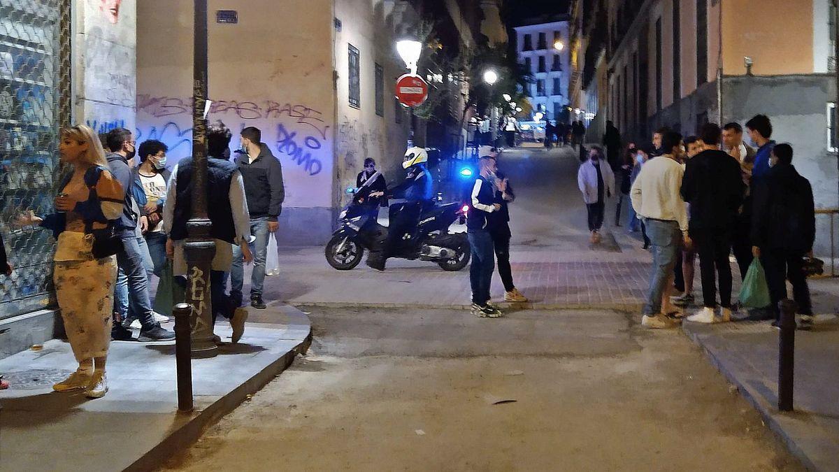 Un agente de la Policía Local patrulla en moto por la calle Palma Somos Malasaña