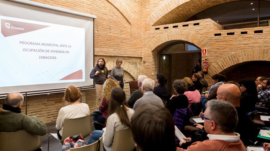 El concejal de Vivienda del Ayuntamiento de Zaragoza, Pablo Híjar, en la reunión con las entidades sociales.