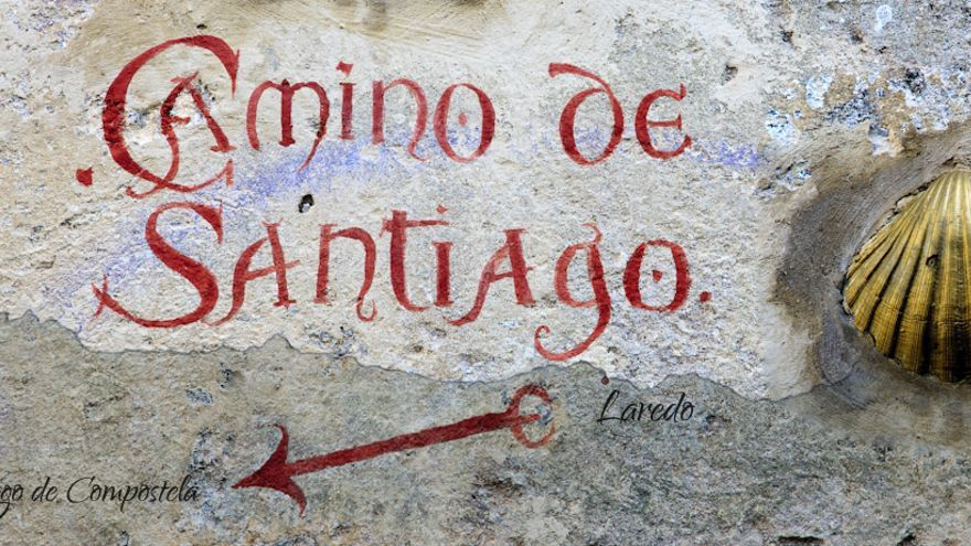 Cartel del Camino de Santiago en la localidad de Laredo (Cantabria)