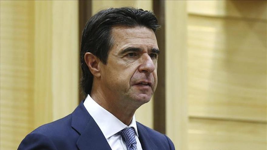 Soria apunta que destinará el superávit eléctrico a bajar la tarifa