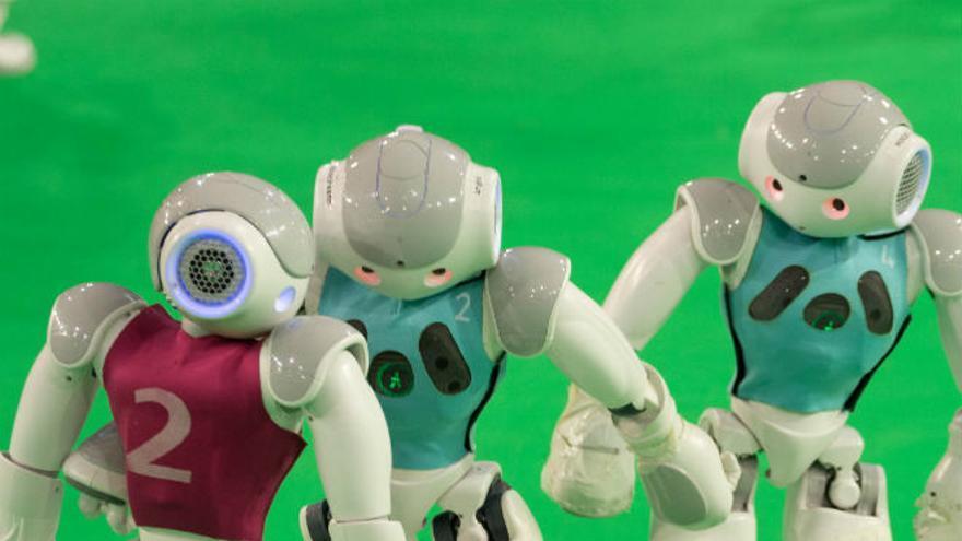 Robots humanoides juegan un partido en la GermanOpen de 2013 (Foto: jiuguangw, Flickr)