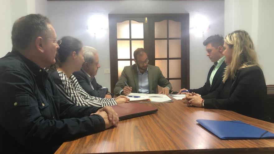 Firma de la operación de adquisición del local ante notario, representada la Administración General del Estado por la directora insular de La Palma, Ana María León, y el jefe provincial de Tráfico en Santa Cruz de Tenerife, Pablo Calvo, ambos a la derecha de la fotografía.